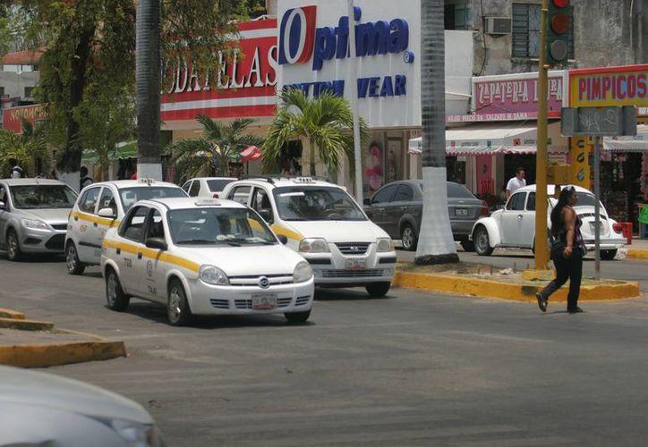 Taxistas esperan que les entreguen sus licencias de manejo. (Archivo/SIPSE)