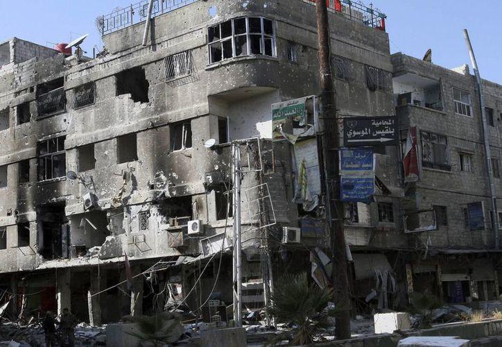 Los atacantes portaban cinturones con explosivos y armamento diverso, informó la agencia SANA. Imagen de un edificio dañado en la localidad de Hejeira después de que la Armada siria tomase la ciudad de Damasco. (EFE)