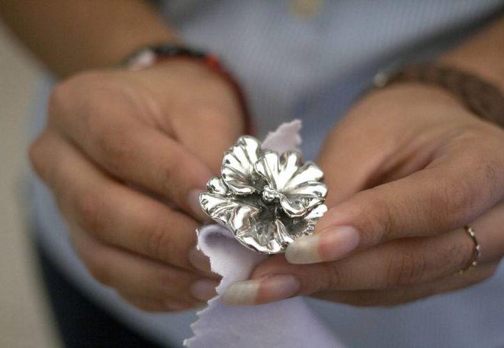La fabricación de joyas implica manejo de ácido fluorhídrico, sustancia que con una gota puede matar a una persona. (Notimex)
