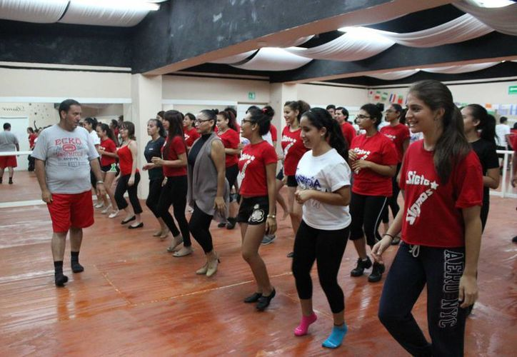 Oscar Carapia compartió 'tips' histriónicos durante la master class que ofreció en Cancún. (Andrea Aponte/SIPSE)