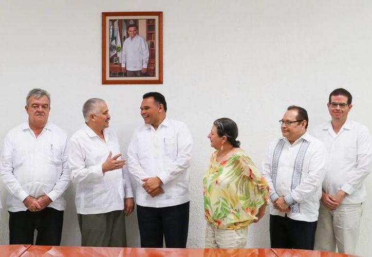 El gobernador de Yucatán se reunió con el embajador de Cuba en México, Dagoberto Rodríguez Barrera, y con el cónsul General de Cuba en Mérida, Mario Jorge García Cecilia. (Foto cortesía del Gobierno estatal)