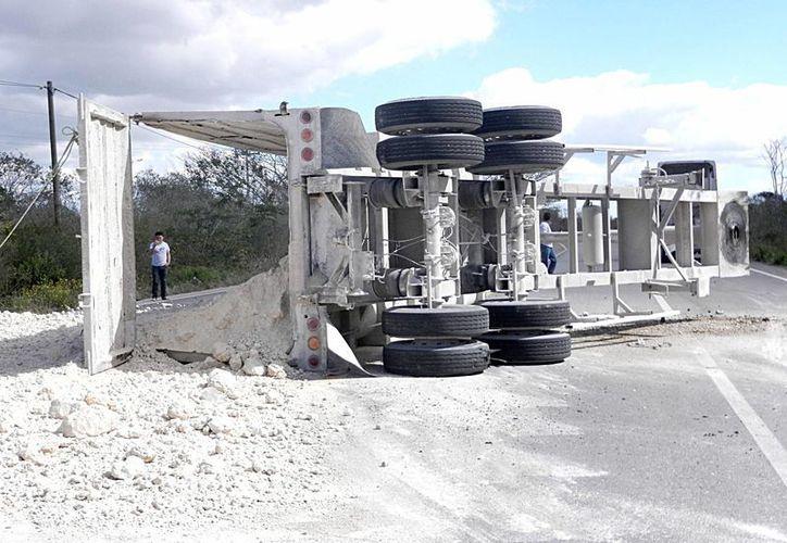 El accidente se presentó en el entronque Mérida - Tetiz, donde quedó regado todo el escombro que el tráiler transportaba. (SIPSE)