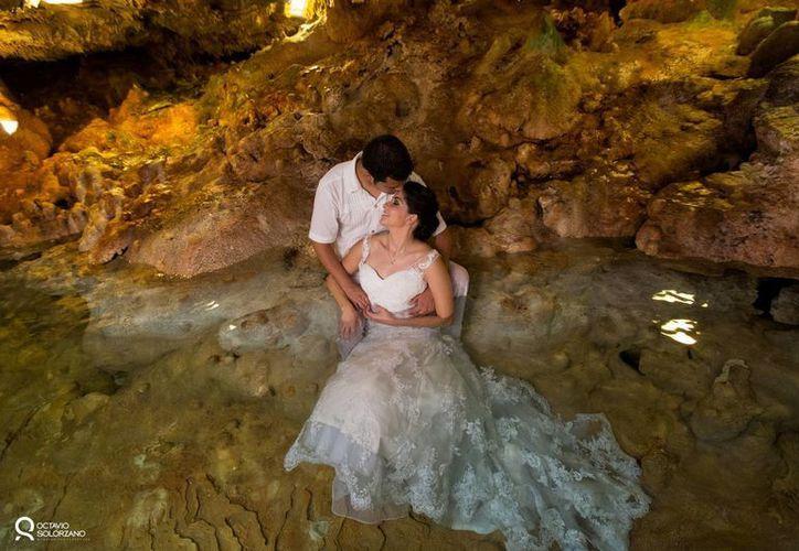 La Sectur implementa una campaña en redes sociales y páginas web para dar a conocer los destinos de México ideales en el segmento del turismo de romance. Fotografía de unos novios en un cenote de Yucatán. (Archivo/SIPSE)