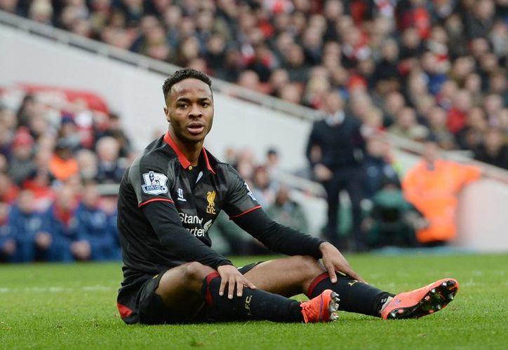 Raheem Sterling, de 20 años, que termina contrato con el Liverpool en verano de 2017, pero Real Madrid ya lo tiene en la mira. (EFE)
