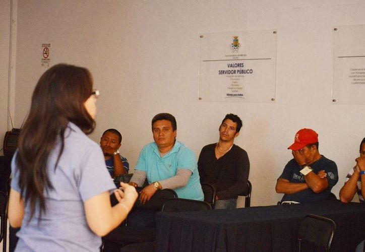 """El taller que se impartió fue  """"Derechos humanos, ética y responsabilidad del servidor público"""" y se realizó en las instalaciones de la Comuna. (Milenio Novedades)"""