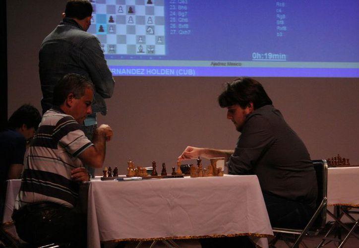 El MI Luis Ibarra (derecha) derrotó ayedr al GM Jesús Nogueiras. (Theany Ruiz/SIPSE)