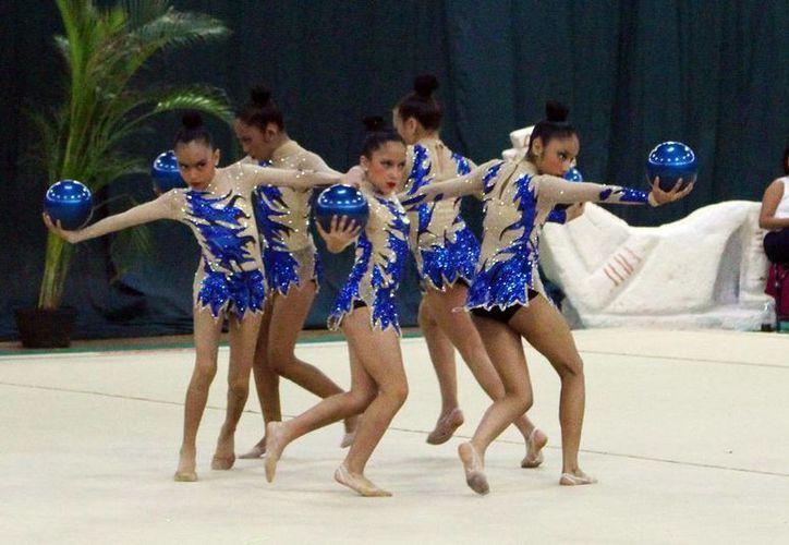 Las participantes demostraron excelente coordinación en sus rutinas de gimnasia rítmica. (Milenio Novedades)