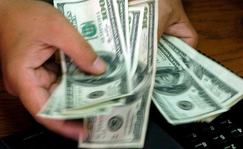 El mínimo de compra para el dólar este viernes fue de 15 pesos con 70 centavos. (EFE/Archivo)