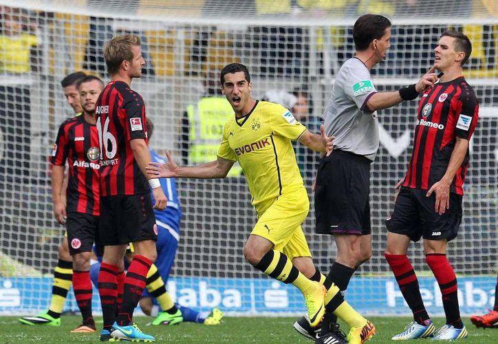 El armenio Henrikh Mkhitaryan, del Borussia Dortmund, perforó en las dos ocasiones las redes del Eintracht Frankfurt. (Agencias)