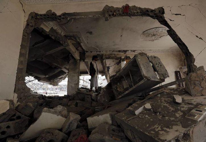 Un yemení comprueba los daños en el interior de un edificio como consecuencia de un bombardeo. (EFE/Archivo)