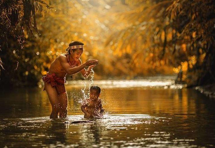 'Están completamente aislados. Su vida depende enteramente de los recursos naturales', comenta un fotógrafo que tuvo la oportunidad de pasar un tiempo con la tribu mentawai en Indonesia y documentar su forma de vida. (theguardian.com)