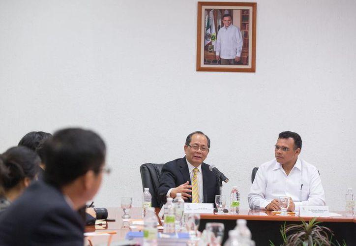 El gobernador de Yucatán, Rolando Zapata Bello, en reunión con los diplomáticos chinos, encabezados por el embajador en México, Qiu Xiaoqui. (SIPSE)