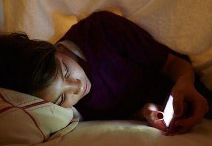 """Los que se vuelven dependientes comienzan con hábitos de no apagar el dispositivo móvil """"por si surge una emergencia"""". (Foto de Contexto/Internet)"""