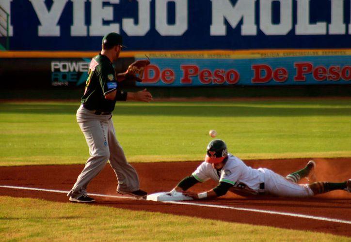 Leones de Yucatán dejó corredores en las bases, y lo pagó muy caro:  perdió 1-0 ante Pericos de Puebla, en el tercer partido de la serie en el parque Kukulcán. (Jorge Acosta/SIPSE)