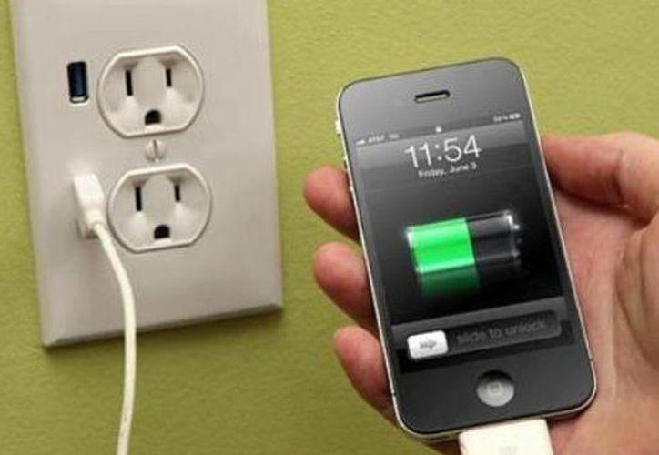 Un adolescente murió electrocutado luego de sufrir una descarga eléctrica mientras cargaba su teléfono celular. (Contexto/Internet).