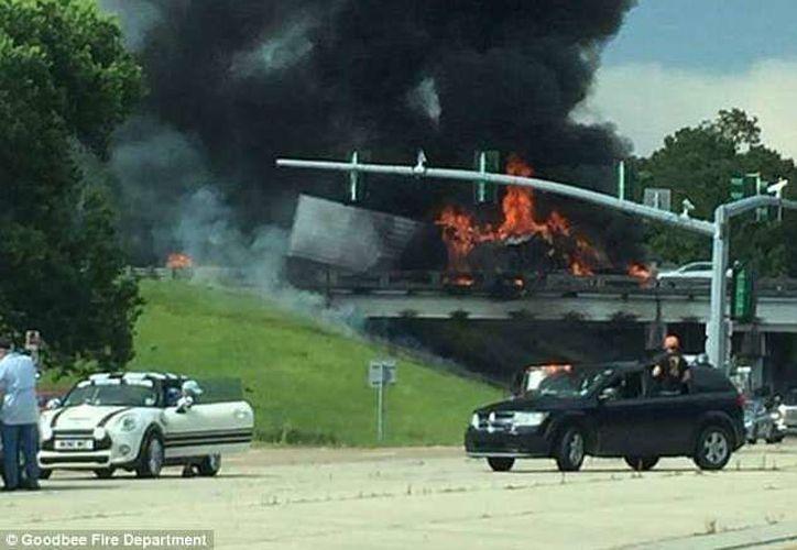 Las llamas obligaron al cierre de la autopista. (Daily Mail)