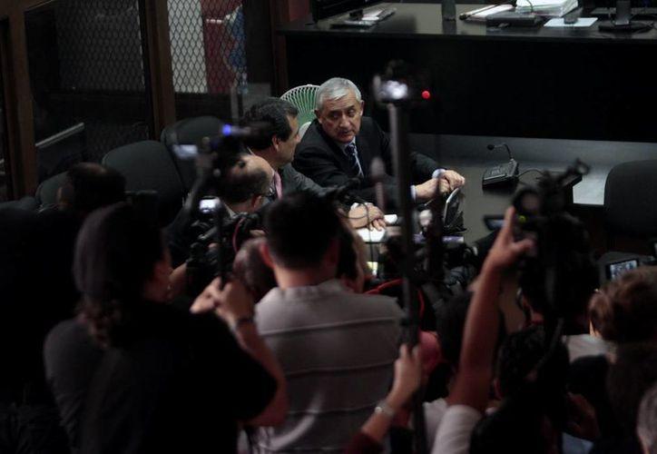 El expresidente de Guatemala, Otto Pérez Molina (c-atrás), asiste a una audiencia este martes 8 de septiembre de 2015, en Ciudad de Guatemala. Un juez ordenó iniciar el proceso contra el exmandatario, por corrupción. (EFE)