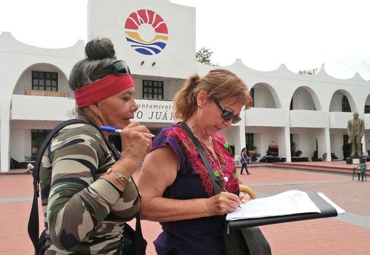 Se pidieron las firmas de los asistentes para elaborar un documento. (Jesús Tijerina/ SIPSE)
