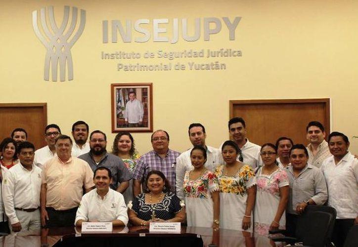 Este jueves el Instituto de Seguridad Jurídica Patrimonial de Yucatán (Insejupy) y el Indemaya firmaron un convenio de colaboración. (Foto cortesía del Gobierno estatal)