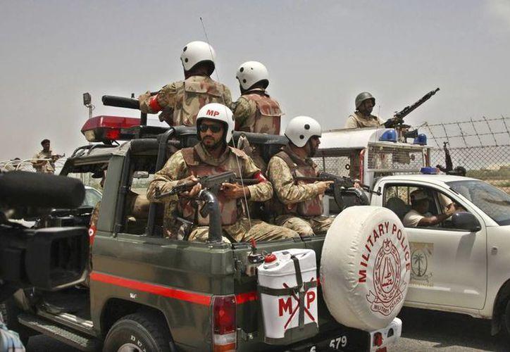 Miembros de las fuerzas de seguridad paquistaníes aseguran el perímetro del Aeropuerto Internacional de Jinnah en Karachi, después del ataque de extremistas. (EFE)