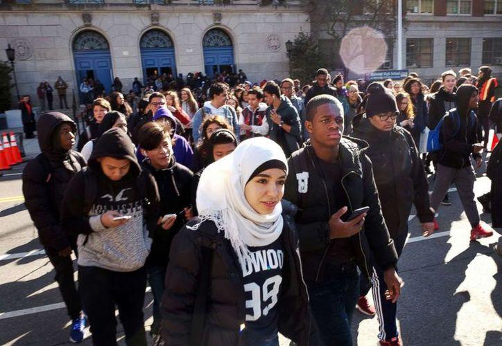 Cientos de estudiantes abandonan Midwood High School como parte de una protesta nacional contra la violencia armada. (ABC)