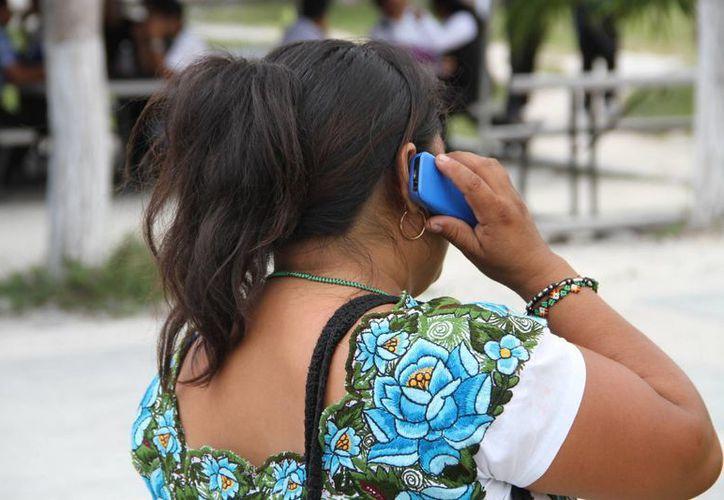 La Condusef recomienda a quienes son acreedores de tarjetas de crédito o débito evitar las compras innecesarias. (Tomás Álvarez/SIPSE)