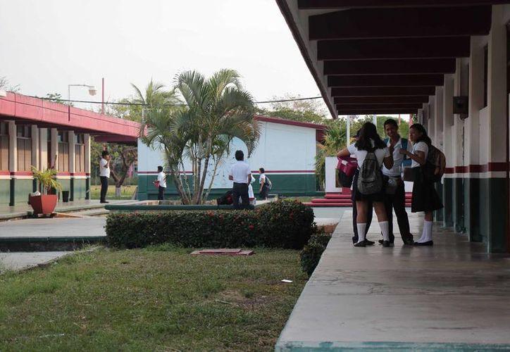 Los alumnos se percataron del suceso al ver corriendo a los prefectos y la psicóloga de la escuela. (Gustavo Villegas/SIPSE)