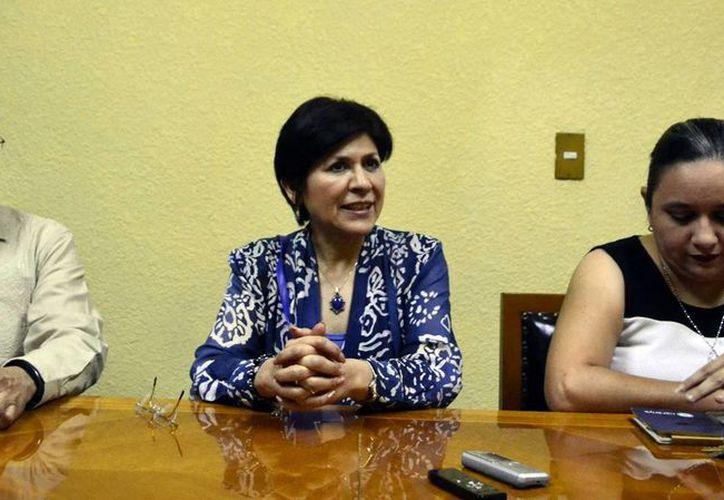 La autora María Ascensión Morales (centro) presentó el libro 'Mecanismos de transición escuela hacia la empleabilidad'. (Milenio Novedades)