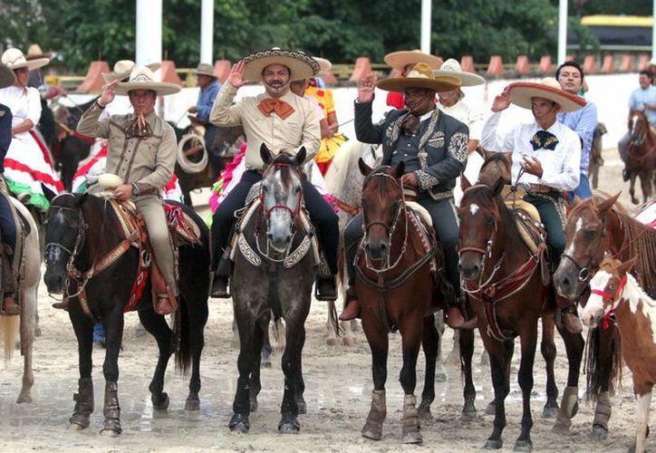 El alcalde Julián Ricalde Magaña encabezó la cabalgata. (Archivo/SIPSE)