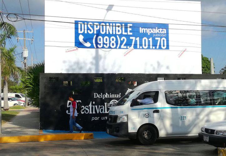 En la última semana, la Dirección de Infraestructura, Desarrollo Urbano y Medio Ambiente clausuró un espectacular. (Foto: Daniel Pacheco/SIPSE)