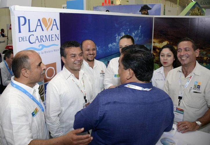 El presidente municipal, Mauricio Góngora Escalante, estuvo atendiendo a quienes se acercaban al stand de Playa del Carmen.  (Redacción/SIPSE)