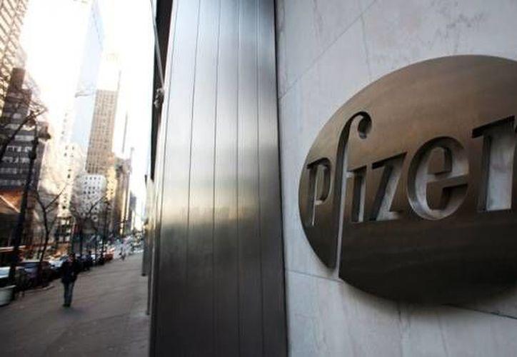 La FDA informó a Pfizer que no convocará a un panel de expertos para revisar la información antes de emitir su decisión. (Archivo/AP)