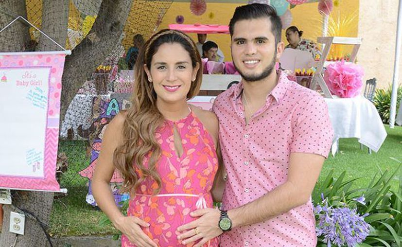 Paola Espinoza e Iván García recibieron a su hija este martes. (Internet/Contexto)