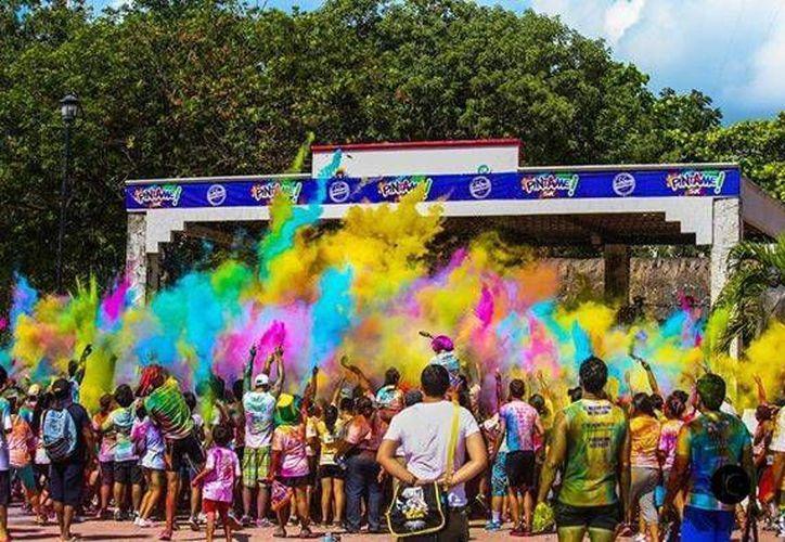 Al final de la carrera de cinco kilómetros, a los competidores se les entregará una bolsa con polvos de colores. (Foto/Internet)