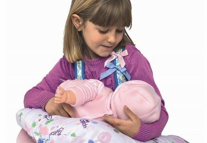 La muñeca tiene un sensor para una especie de chaleco que la 'mamá' se coloca para tal efecto. (Agencias)