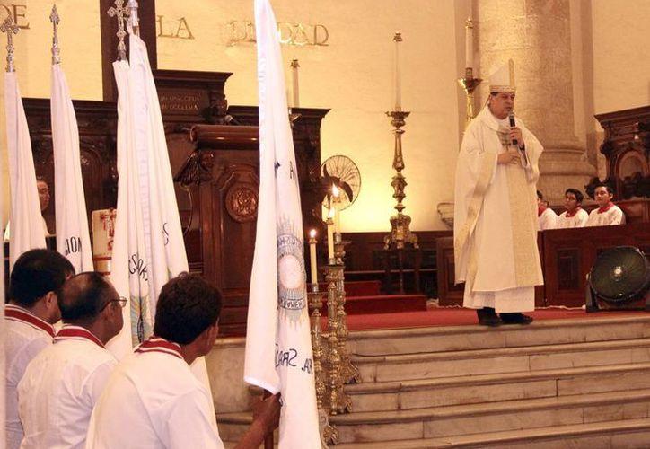 El Arzobispo de Yucatán, Gustavo Rodríguez Vega, durante la misa en Catedral en donde destacó el trabajo de la Cofradía del Santísimo Sacramento y de la Adoración Nocturna. (Jorge Acosta/SIPSE)