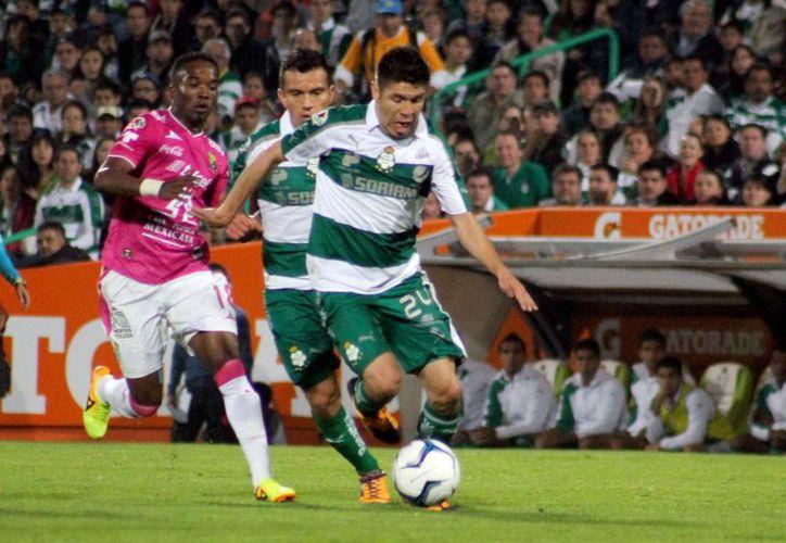 En vano resultaron los esfuerzos de Oribe Peralta, su equipo Santos no pudo con el León. (Notimex)