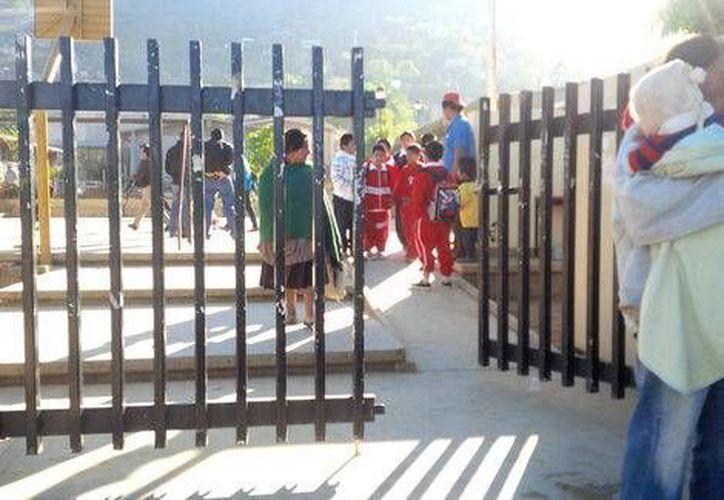 Los menores volvieron a la escuela primaria oaxaqueña Hermanos Flores Magón, clausurada por la CNTE. (Milenio)