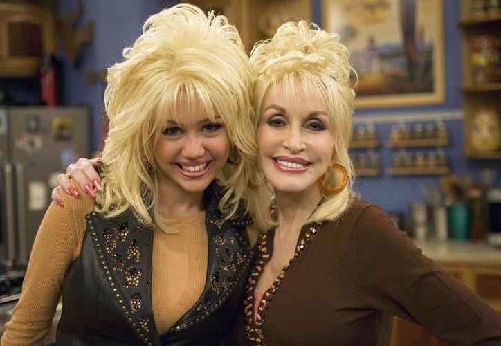 Parton asegura que Cyrus  busca dejar atrás la imagen de Hannah Montana. Aquí aparece en una participación especial en la serie. (sfo.mx)