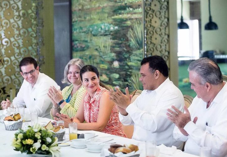 Rolando Zapata durante un encuentro con la cónsul de EU en Mérida,  Sonya Tsiros, la semana pasada. (SIPSE)