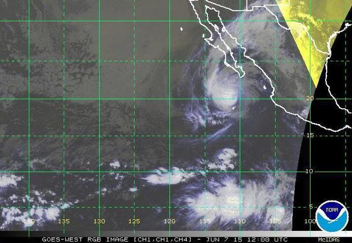 Hasta las 04:15 horas de este domingo, el huracán Blanca se ubicaba a 115 kilómetros al norte de Isla Socorro, Colima, y a 355 kilómetros al sur-suroeste de Cabo San Lucas, Baja California Sur. (ssd.noaa.gov)
