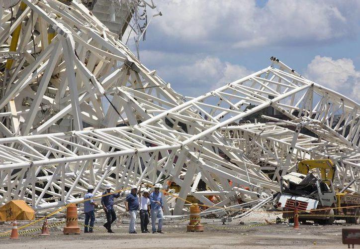 Una vez que se dictaminó que el estadio Corinthians no sufrió daños estructurales, este lunes continuarían con su construcción. (Agencias)