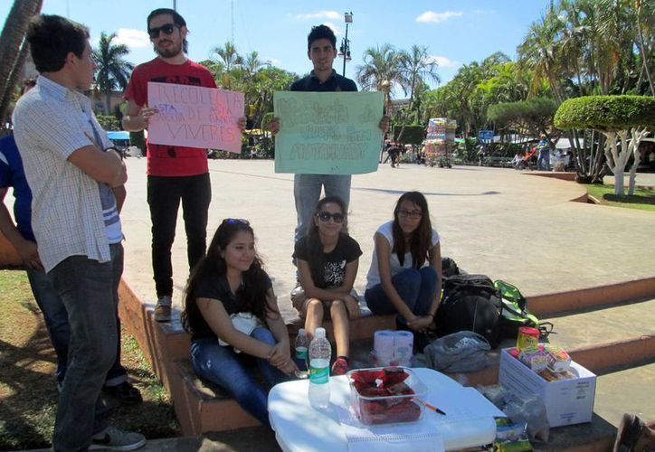Alumnos expresaron este domingo su apoyo a los huelguistas. (Milenio Novedades)