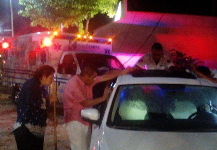 Dos menores de edad fueron rescatados  luego de que el automóvil en donde estaban dormidos no se pudiera abrir. (Redacción/SIPSE)