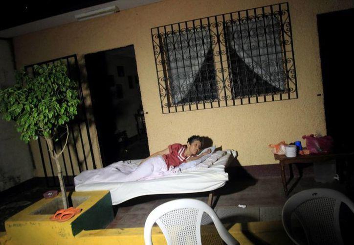 Una mujer duerme afuera de su casa en la localidad de Nagarote, 30 kilómetros al occidente de Managua, tras los más recientes sismos. (EFE)
