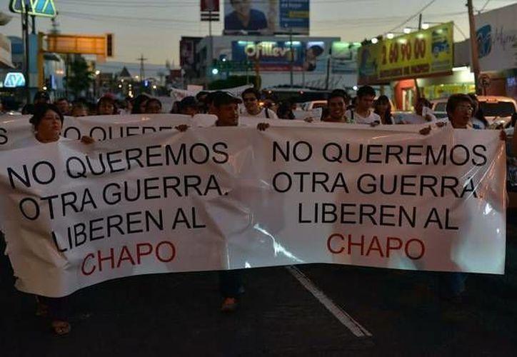 A los manifestantes a favor de 'El Chapo' Guzmán se les informó que estaban haciendo apología del delito y, por lo tanto, podrían ser detenidos. (jornada.unam.com)
