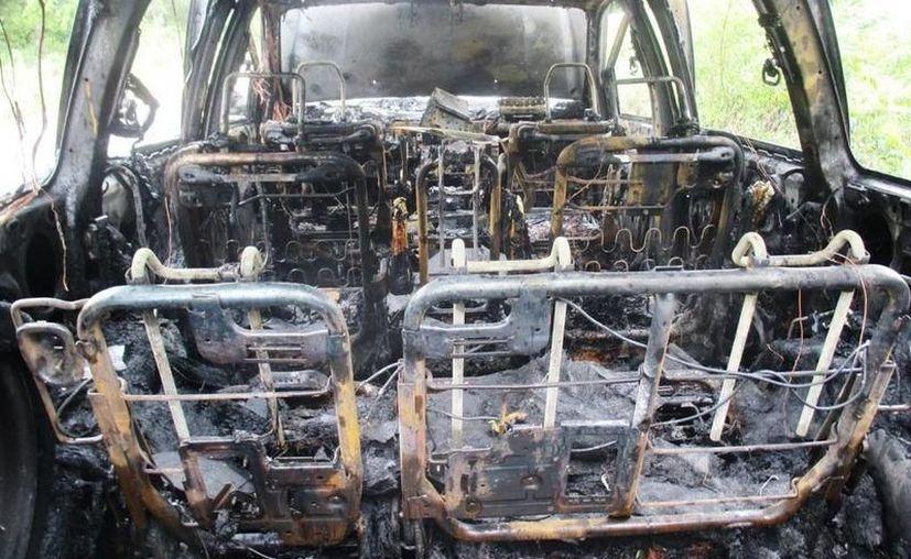 Juan Manuel logró bajarse del vehículo y alejarse para pedir ayuda, pero las llamas consumieron el vehículo. (SIPSE)