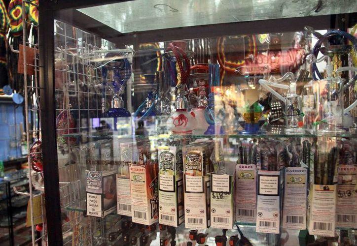 Aquí se observa los productos en exhibición como las pipas, el papel arroz y los inhaladores, todos a la vista del público mezclados con productos como inciensos, postales, ropa y accesorios rasta. (Jorge Acosta/SIPSE)