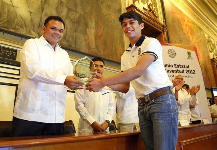 El gobernador Rolando Zapata Bello entrega reconocimiento a Sergio Canché Santiago, gestor social. (Milenio Novedades)