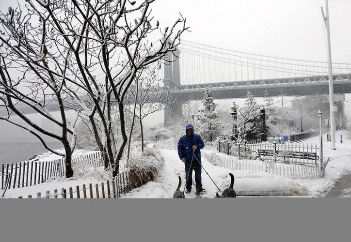 Según el Servicio Meteorológico, la nieve que estaba cayendo en Nueva York iba a derivar por la noche en lluvias moderadas o intensas, con precipitaciones que se prolongarán hasta el martes. (EFE/Archivo)